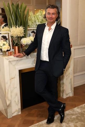 Cómo combinar: traje azul marino, camisa de manga larga blanca, zapatos oxford de cuero negros