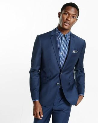 Cómo combinar: traje azul marino, camisa de vestir a lunares en azul marino y blanco, pañuelo de bolsillo de paisley azul marino