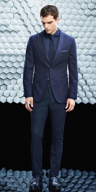 Cómo combinar un traje azul marino: Usa un traje azul marino y una camisa de vestir azul marino para un perfil clásico y refinado. Si no quieres vestir totalmente formal, opta por un par de zapatos con doble hebilla de cuero negros.