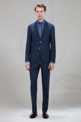 Cómo combinar: traje de tartán azul marino, camisa de vestir azul, mocasín de cuero en marrón oscuro, corbata azul marino