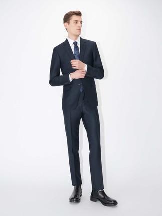 Cómo combinar: traje azul marino, camisa de vestir blanca, botines chelsea de cuero negros, corbata estampada azul marino