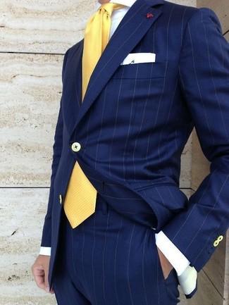 Cómo combinar: traje de rayas verticales azul marino, camisa de vestir blanca, corbata amarilla, pañuelo de bolsillo blanco