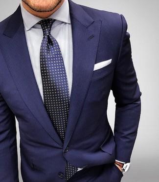 Look de moda: Traje de rayas verticales azul marino, Camisa de vestir de rayas verticales blanca, Corbata a lunares azul marino, Pañuelo de bolsillo blanco