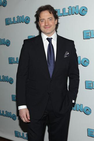Cómo combinar una corbata de seda azul marino: Considera emparejar un traje azul marino con una corbata de seda azul marino para una apariencia clásica y elegante.