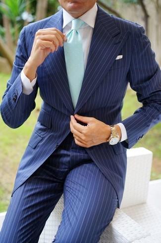 Cómo combinar: traje de rayas verticales azul marino, camisa de vestir blanca, corbata en verde menta, reloj dorado