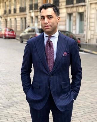 Cómo combinar: traje de rayas verticales azul marino, camisa de vestir de rayas verticales blanca, corbata estampada morado, pañuelo de bolsillo morado