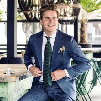 Cómo combinar: traje azul marino, camisa de vestir blanca, corbata a lunares verde oscuro, pañuelo de bolsillo estampado en beige