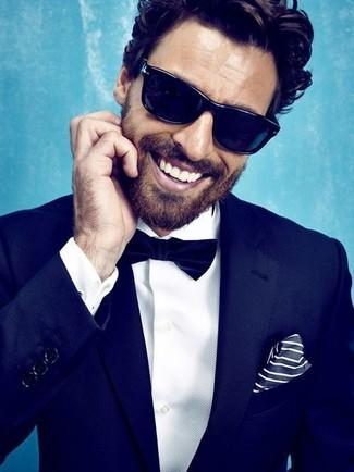 Empareja un traje azul marino junto a una camisa de vestir blanca para un perfil clásico y refinado.
