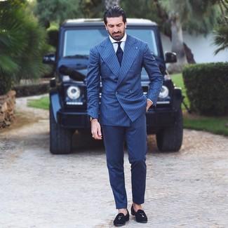 Cómo combinar: traje de rayas verticales azul marino, camisa de vestir blanca, mocasín con borlas de ante negro, corbata azul marino