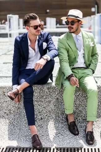 Empareja un traje azul marino junto a una camisa de vestir blanca para un perfil clásico y refinado. Zapatos con doble hebilla de cuero en marrón oscuro resaltaran una combinación tan clásico.