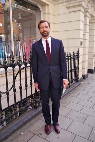 Cómo combinar: traje azul marino, camisa de vestir blanca, zapatos con hebilla de cuero burdeos, corbata burdeos