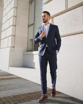 Cómo combinar: traje azul marino, camisa de vestir blanca, zapatos derby de cuero en marrón oscuro