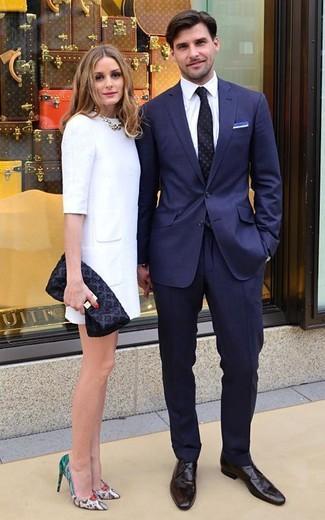 Cómo combinar: traje azul marino, camisa de vestir blanca, zapatos derby de cuero en marrón oscuro, corbata a lunares negra