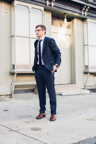 Cómo combinar un traje azul marino: Emparejar un traje azul marino con una camisa de vestir blanca es una opción práctica para una apariencia clásica y refinada. ¿Quieres elegir un zapato informal? Usa un par de zapatos derby de cuero marrónes para el día.