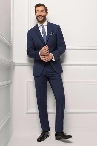 Cómo combinar: traje azul marino, camisa de vestir blanca, zapatos derby de cuero negros, corbata azul