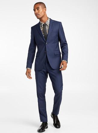 Cómo combinar: traje azul marino, camisa de vestir con print de flores blanca, zapatos derby de cuero negros, corbata con print de flores negra