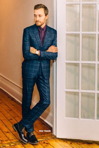 Cómo combinar: traje de tartán azul marino, camisa de vestir burdeos, botas casual de cuero negras, reloj de cuero negro