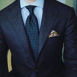 Cómo combinar: traje azul marino, camisa de vestir de rayas verticales celeste, corbata estampada azul marino, pañuelo de bolsillo estampado verde oliva