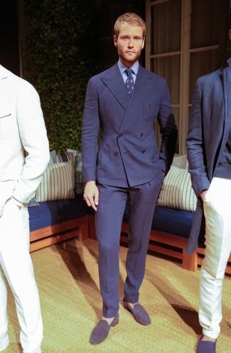 Cómo combinar: traje azul marino, camisa de vestir celeste, mocasín de ante azul marino, corbata estampada azul marino
