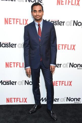 Cómo combinar: traje azul marino, camisa de vestir celeste, zapatos derby de cuero negros, corbata de rayas verticales burdeos