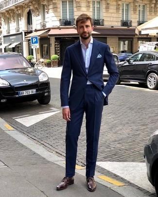 Cómo combinar: traje azul marino, camisa de vestir celeste, zapatos oxford de cuero en marrón oscuro, pañuelo de bolsillo celeste