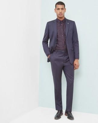 Cómo combinar: traje azul marino, camisa de vestir con print de flores burdeos, zapatos derby de cuero negros