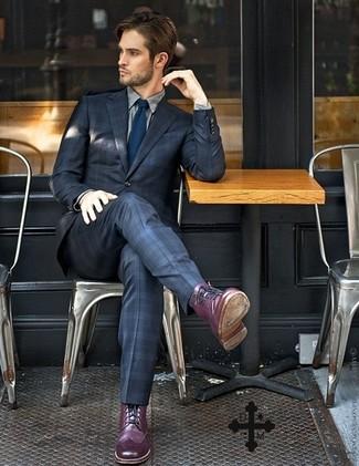 Cómo combinar: traje de tartán azul marino, camisa de vestir gris, botas brogue de cuero morado, corbata azul marino