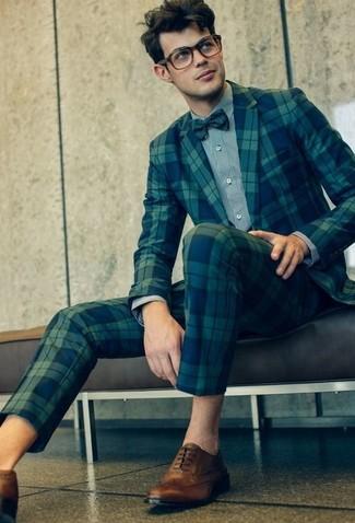 Cómo combinar: traje de tartán azul marino, camisa de vestir gris, zapatos brogue de cuero marrón claro, corbatín a lunares verde