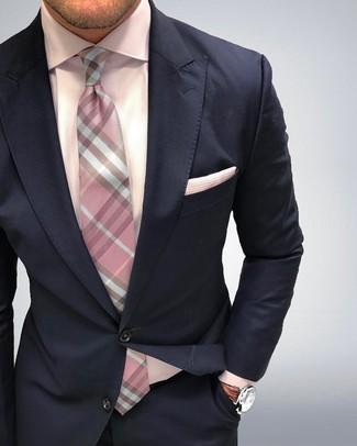 Look de moda: Traje azul marino, Camisa de vestir rosada, Corbata a cuadros rosada, Pañuelo de bolsillo rosado