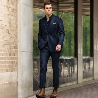 Cómo combinar: traje de rayas verticales azul marino, camisa polo azul marino, botas casual de cuero marrónes, pañuelo de bolsillo estampado en beige