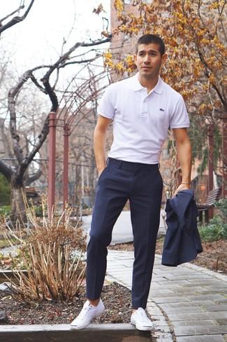 Cómo combinar: traje azul marino, camisa polo blanca, tenis de lona blancos