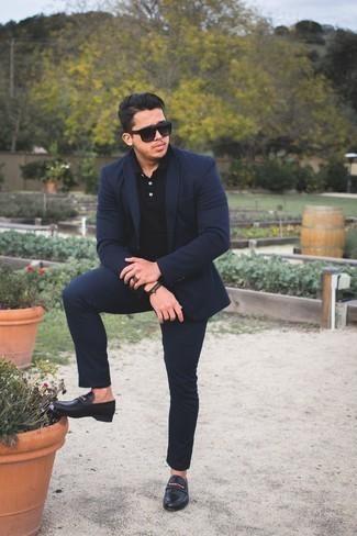 Outfits hombres estilo casual elegante: Opta por un traje azul marino y una camisa polo negra para el after office. Opta por un par de mocasín de cuero negro para mostrar tu inteligencia sartorial.