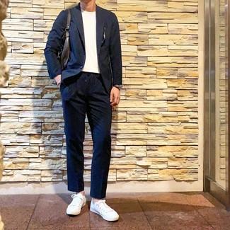 Cómo combinar: traje azul marino, camiseta con cuello circular blanca, tenis blancos, bolsa tote de cuero en marrón oscuro