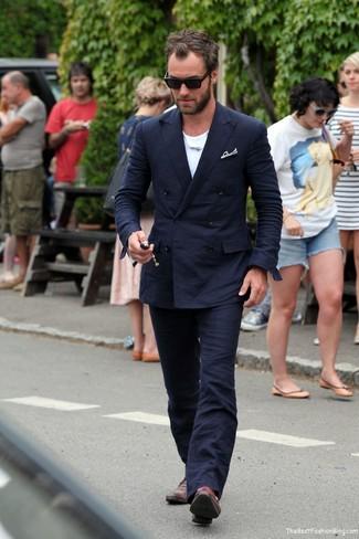 Cómo combinar: traje azul marino, camiseta con cuello circular blanca, zapatos con doble hebilla de cuero burdeos, pañuelo de bolsillo negro