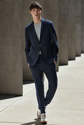 Cómo combinar: traje azul marino, camiseta con cuello circular gris, tenis de ante grises