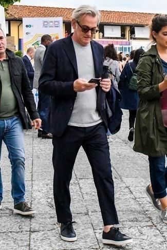 Cómo combinar una camiseta con cuello circular gris: Casa una camiseta con cuello circular gris junto a un traje azul marino para lograr un estilo informal elegante. Tenis de cuero negros darán un toque desenfadado al conjunto.
