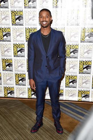 Cómo combinar: traje azul marino, camiseta con cuello circular negra, zapatillas altas de cuero burdeos