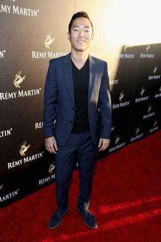 Cómo combinar: traje azul marino, camiseta con cuello en v negra, zapatos derby de ante negros