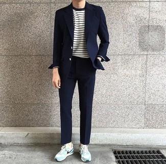 Cómo combinar un traje azul marino: Elige un traje azul marino y una camiseta de manga larga de rayas horizontales en blanco y azul marino para un lindo look para el trabajo. Si no quieres vestir totalmente formal, completa tu atuendo con tenis de ante celestes.