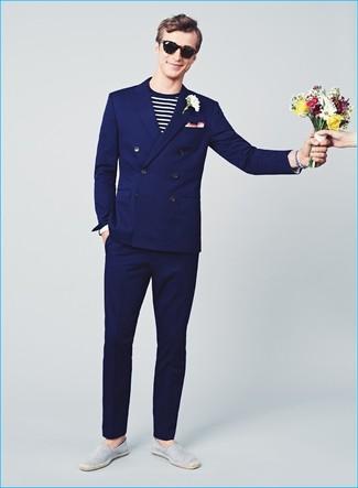 Cómo combinar: traje azul marino, camiseta de manga larga de rayas horizontales en blanco y negro, alpargatas de lona de rayas horizontales grises