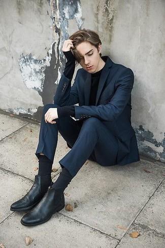 Cómo combinar un traje azul marino: Utiliza un traje azul marino y una camiseta de manga larga negra para lograr un estilo informal elegante. Con el calzado, sé más clásico y completa tu atuendo con botines chelsea de cuero negros.
