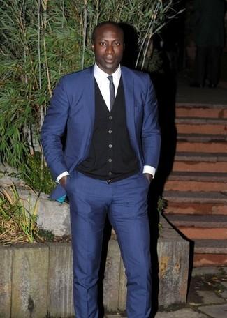 Look de Dermot O'Leary: Traje Azul Marino, Cárdigan Negro, Camisa de Vestir Blanca, Corbata Azul Marino