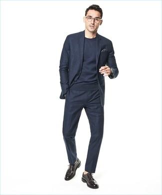 Empareja un jersey con cuello circular azul marino de Fred Perry junto a un traje a cuadros azul marino para rebosar clase y sofisticación. Si no quieres vestir totalmente formal, opta por un par de zapatos brogue de cuero marrón oscuro.