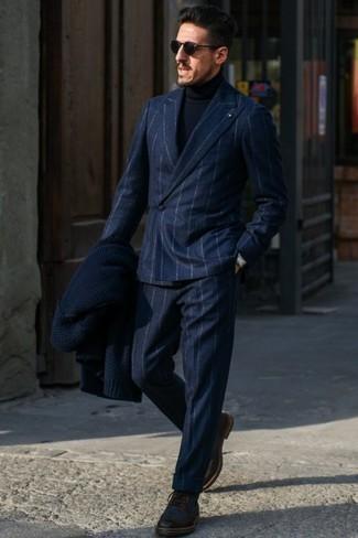 Cómo combinar unas botas brogue de cuero en marrón oscuro: Casa un traje de lana de rayas verticales azul marino con un jersey de cuello alto azul marino para un lindo look para el trabajo. Botas brogue de cuero en marrón oscuro son una opción excelente para completar este atuendo.