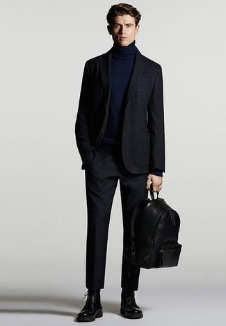 Cómo combinar un jersey de cuello alto azul marino: Elige un jersey de cuello alto azul marino y un traje azul marino para un perfil clásico y refinado. Haz este look más informal con botas casual de cuero negras.