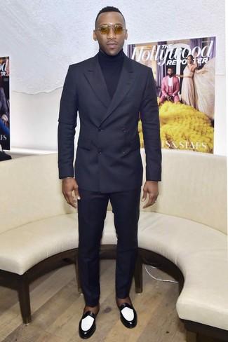 Cómo combinar: traje azul marino, jersey de cuello alto azul marino, mocasín de cuero en negro y blanco, gafas de sol marrón claro