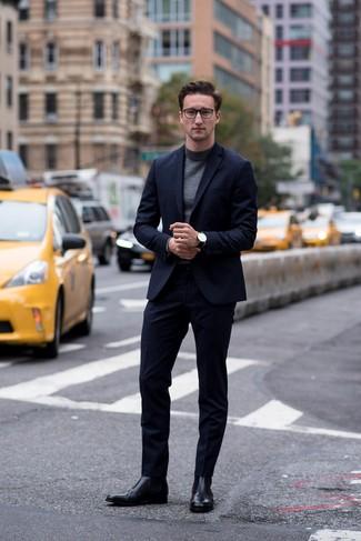 Cómo combinar: traje azul marino, jersey de cuello alto en gris oscuro, botines chelsea de cuero negros, reloj de cuero negro