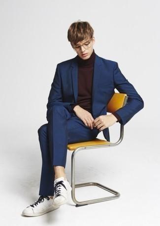 Cómo combinar un traje azul marino: Casa un traje azul marino con un jersey de cuello alto en marrón oscuro para un perfil clásico y refinado. Si no quieres vestir totalmente formal, complementa tu atuendo con tenis de cuero blancos.
