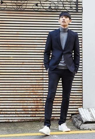 Cómo combinar un jersey de cuello alto gris: Emparejar un jersey de cuello alto gris junto a un traje azul marino es una opción inigualable para una apariencia clásica y refinada. Si no quieres vestir totalmente formal, elige un par de tenis de lona blancos.