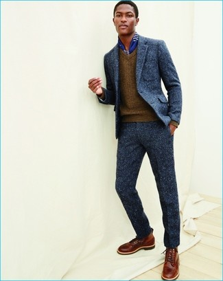 Accede a un refinado y elegante estilo con un jersey de pico marrón y un traje de lana azul marino. Haz este look más informal con botas casual de cuero marrónes.